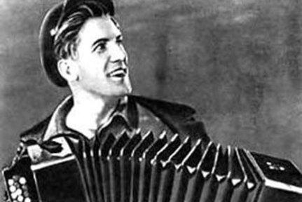 """Николай Крючков родился 24 декабря 1910 (6 января 1911 год) в Москве.  В 14 лет поступил в ФЗУ при  """"Трёхгорной..."""