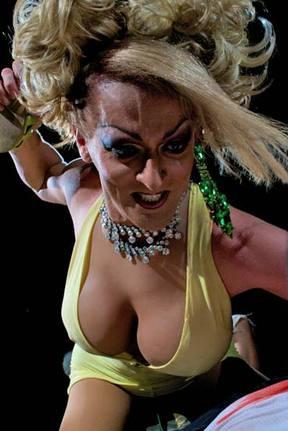 Кадр из фильма «Слетевшие с катушек транссексуалы с ножами»